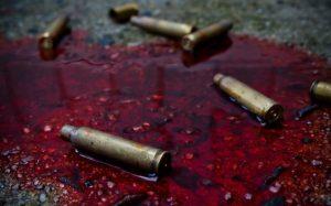 luski lezace w kaluzy krwi